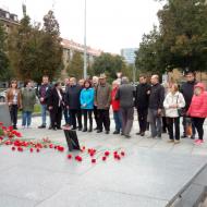Členové KSČM z Prahy a Středních Čech přinesli 100 karafiátů pro československé a sovětské hrdiny.